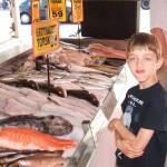 Francesco imita un pesce al mercato di Bergen